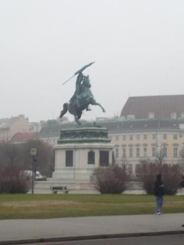 Jezdecká socha na jednom bodě