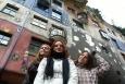 Holky s pozadím Hundertwasserhaus (Katka Žejdlová)