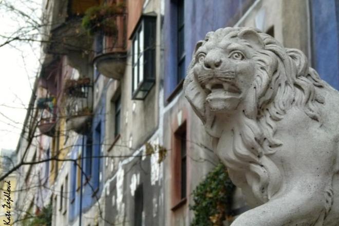 Lev s Hundertwasserhausem (Katka Žejdlová)