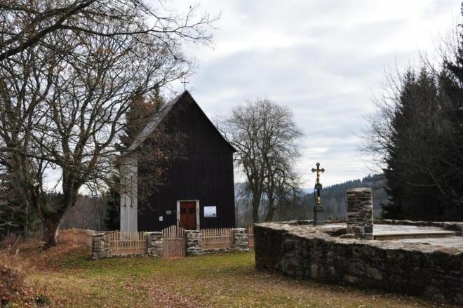 Kaple s hrobkou na Hůrce.