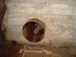 metrová betonová stěna a jediný vstup dál