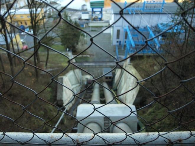 potrubí pro vyrovnávací nádrž ležící na vrchu Homole o 200 metrů výše než hladina přehrady
