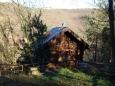 jeden ze srubu (patřičně opravený) prastaré osady Na Fáberce