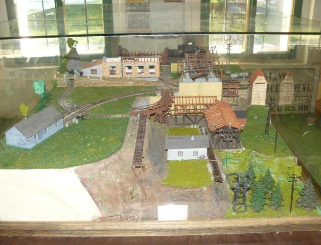 Model staveb v lomu