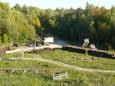 Pohled na jeřáb a spoustu pražců. Společnost Barbora stále ještě pilně buduje další části zařízení lomu.
