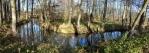 Kanál se vine mezi rybníky neustále doprovázený turistickými značkami.