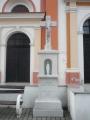 Před bolatickým kostelem