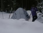 Stan na sněhu, jako tyčky jsou nejvhodnější běžky a hůlky.
