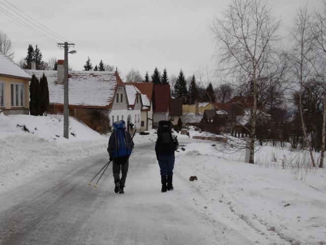 Cesta Hojnou Vodou už je čistě pěšky, není moc šancí nasadit běžky.