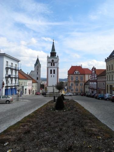 Při pohledu na náměstí upoutá zrak především štíhlá hranolová věž městské zvonice, která tvoří jednotnou siluetu s vedlejším děkanským kostelem. Jde o pozdně gotickou stavbu z přelomu 15. a 16. století. Pamatuje tak období rozmachu po povýšení Vimperka na město.