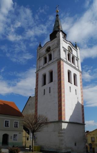 Městská zvonice, ve které byly zavěšené zvony, svým majestátním zvukem ohlašovala veškeré události v životě města. Obyvatelé znali jednotlivá zvonění k různým příležitostem a byli tak dobře informováni. Za staletí se ve zvonici vystřídala řada větších i menších zvonů a nechyběl ani zlověstný umíráček. Nejstarší zvon pocházel ještě z 15. století a ten největší byl vyzdvižen na věž v první polovině 18. století.
