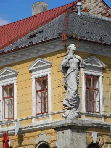 Socha na kašně pod zvonicí.