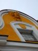 Ornament na měšťanském domu v horní části svažitého náměstí.