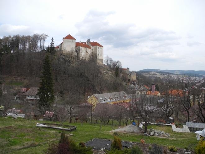 Z náměstí se Zahradní ulicí dostáváme ke Křesanovickému potoku a cestou si vychutnáváme výhled k zámku a Černé bráně.