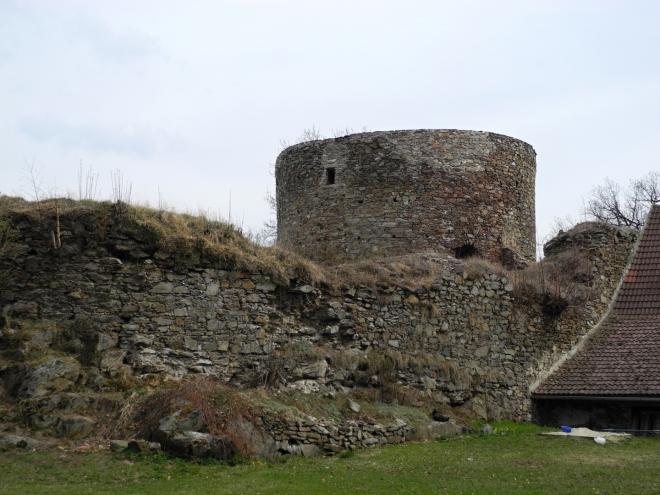 Před ním stojí za pozornost i samostatné opevnění, Haselburg. Jde o předsunutou dělostřeleckou baštu převyšující hrad, která měla chránit jeho nepříliš dobrou polohu. Vznikla někdy kolem roku 1480 a spolu s opevněním hradu a města měla řešit obranu Vimperka.