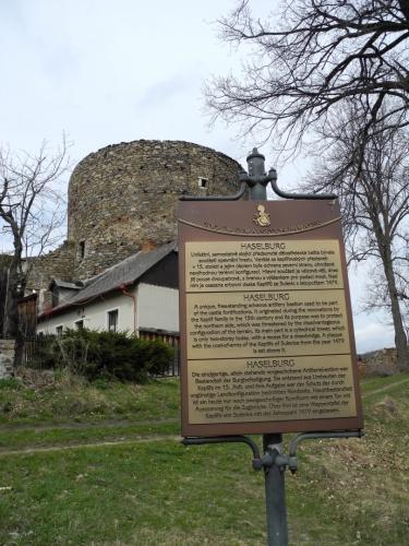 Nad vstupní bránou můžete vidět kamennou desku s erbem Kaplířů ze Sulevic a letopočtem 1479.