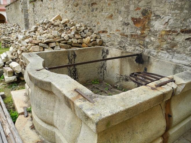 Kašna na nádvoří zámku, to je dávná historie.