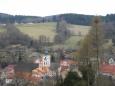 Jdeme ven a já přes zděnou hradbu fotím městskou zvonici. Až sem na zámek musely být její zvony dobře slyšet.