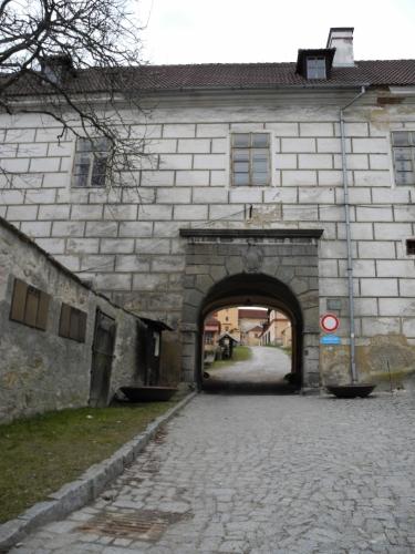 Vstupní branou odcházíme a podél hradeb sestupujeme směrem k Černé bráně.
