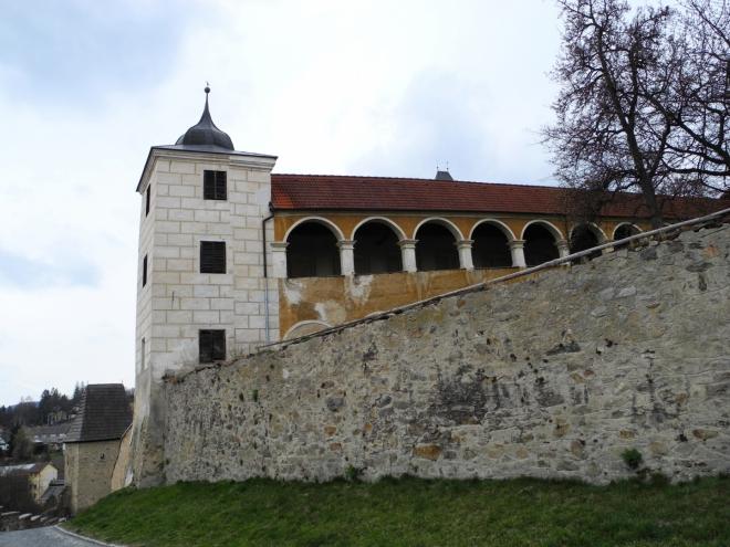 Ze zámku vystupuje směrem k městu renesanční křídlo s arkádami o dvou poschodích, ve kterých se v posledních letech pořádají různé společenské akce.