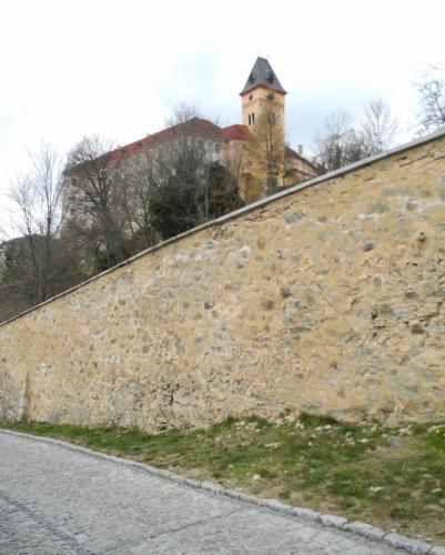 Pohled přes vysoké hradby.