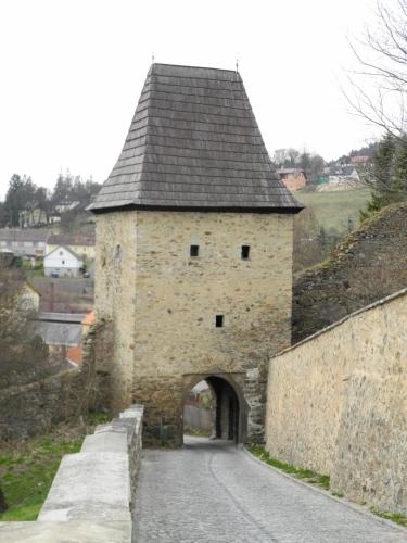 Vimperk si uchoval pás hradeb po celém obvodu středověkého města, stejně jako šest bašt a hlavně věžovitou Černou bránu.