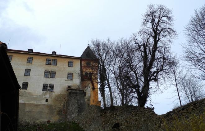 Ješte jeden pohled na zámek a z něho vybíhající hradby středověkého opevnění.