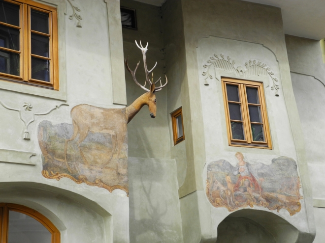 Na vedlejším arkýři atmosféru lovu dotváří lovec se psy a lukem.Pro tyto motivy panuje názor, že dům byl původně myslivnou, nebo sídlem člověka pracujícího v lese.