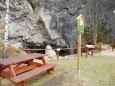 Hned pod zabezpečenou skalou narážíme na Sudslavickou jeskyni.