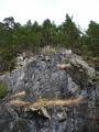 Skála nad jeskyní vypadá impozantně!
