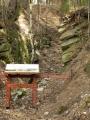Průzkumné štoly dnes zvrásňují svahy vrchu, kolem jedné z nich vede NS.