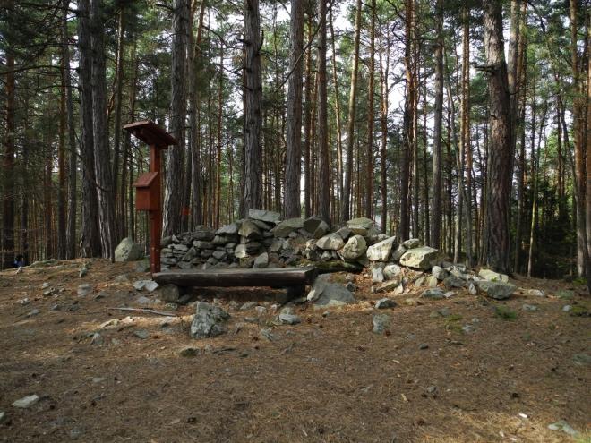 Nenáročným stoupáním jsme se octli na hřebenu a upraveném vrchu Opolenec, kde si můžeme u odpočívadla chvilku dáchnout.