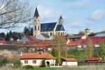 Bavorov s železniční zastávkou může sloužit jako východisko k hradu. Modrá značka však vede po hlavní cestě na Volyni. Pro auta je vymezeno parkování zdarma nedaleko sedla před hájovno Šibák.