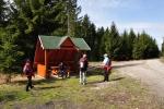 Je zde vkusné odpočívadlo, od kterého opět odbíháme z modré značky vpravo a obcházíme Duškovec(656 m).