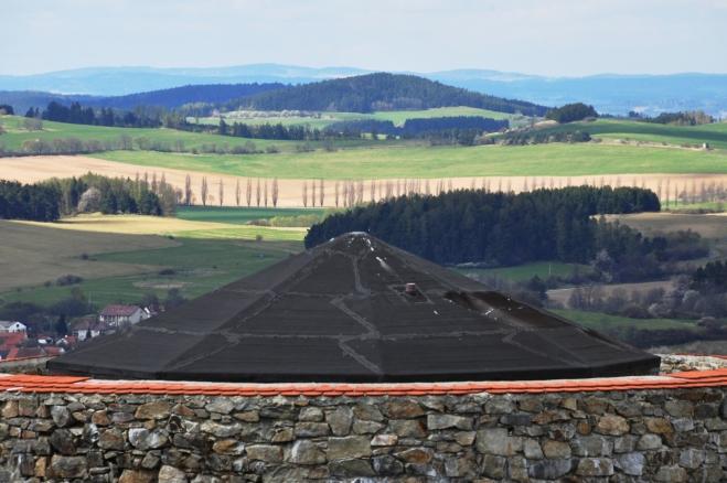 Krajinka přes krov druhé, nižší věže.