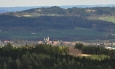 Kostel v Bavorově zdobí pozadí Svobodné hory.