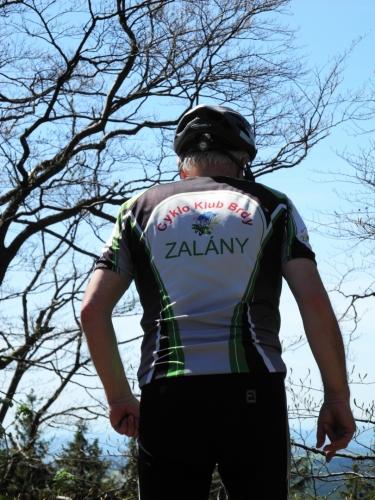 Nohoru přijíždí i výprava cyklistů.