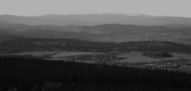 Výhled k šumavskému Velkému Javoru a Jezerní stěně, kde je ještě koncem dubna plno sněhu.