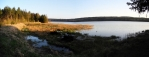 Na hrázi Hořejšího Padrťského rybníka shazujeme kletry a u ohniště, kde je i krásný výhled na ohromný rybník, táboříme.