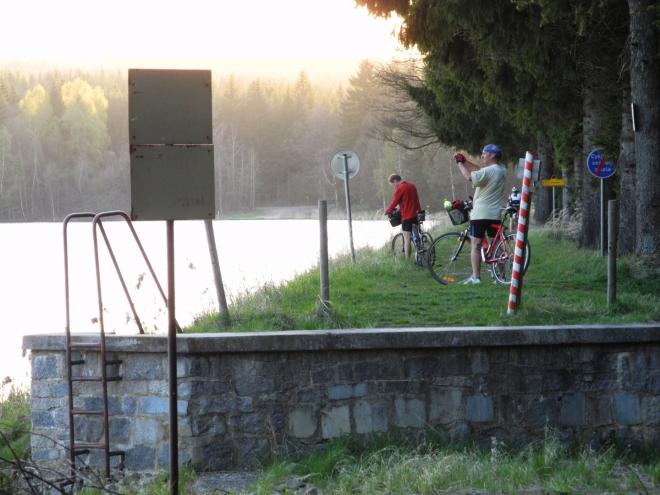 Kolem jezdí bikeři až do tmy.