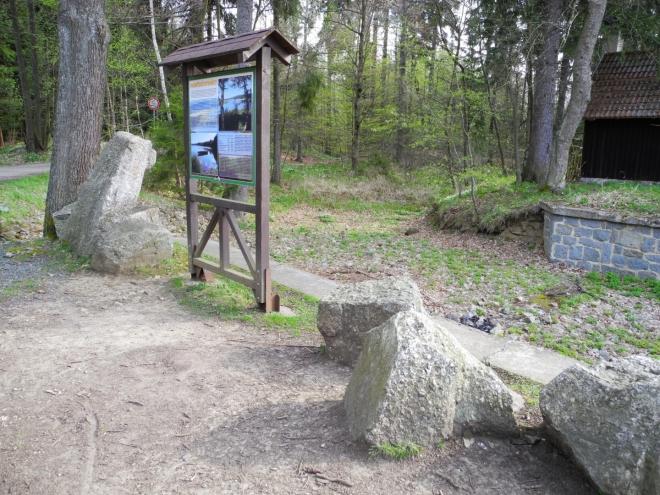 Rybníky byly založeny v 16. století jako vodní rezervoár pro plavení dřeva pro hutě, rozložené na Padrťském potoce. Pod nimi stála ves Padrť, která byla vysídlena a následně zničena v 50. letech 20. století (spolu s dalšími brdskými obcemi) při rozšíření Vojenského újezdu Brdy. Ve své době byly vyhlášeným rekreačním místem.V jejich okolí se vyskytuje řada chráněných rostlin a živočichů, hnízdí zde např. orel mořský, bekasina otavní,čáp černý, volavka šedá a žije zde i vydra. Oba rybníky spolu s pobřežními porosty byly navrženy jako přírodní rezervace o rozloze 200 ha,doprovázená přirozenými společenstvy podmáčených smrčin, nebylo však doposud realizováno. Nejnověji je oblast Padrtě navržena do soustavy Natura 2000 jako přírodní rezervace o rozloze přes 900 ha.Na východních březích Hořejšího padrťského rybníka se rozkládá rozsáhlé rašeliniště (zdroj Wikipedie).