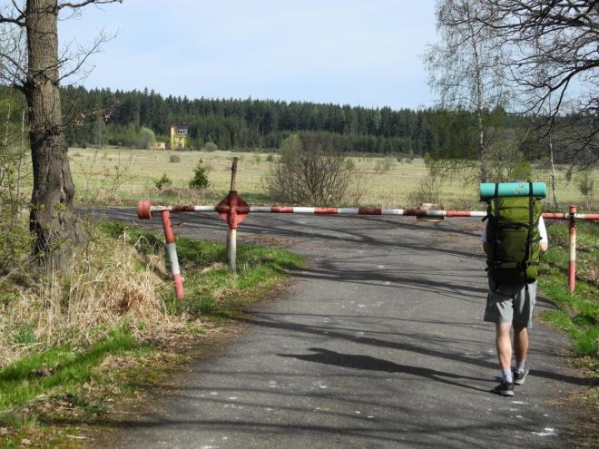 Obcházíme dolní Padrťský rybník cestou, kde je zákaz jízdy na kolech, přesto jich zde jezdí dost. Cyklotrasy jsou přístupné v sobotu a v neděli a o svátcích.