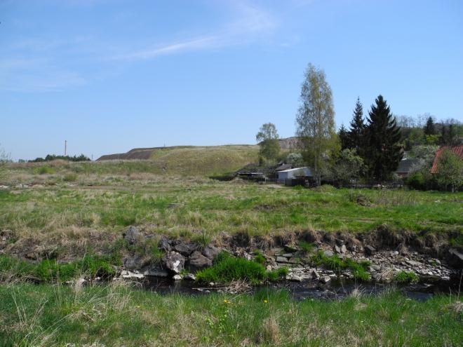 Bývalý důl Anna procházíme po žluté vydatným stoupáním. Je vedro k zalknutí, ale čeká nás jen pár posledních kilometrů.