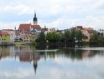 První pohled vede naše oči ke kostelu sv. Jana Křtitele přes rybník Vajgar.