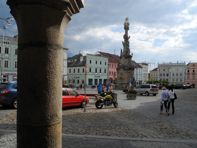 Sousoší Nejsvětější Trojice pochází z let 1764-1766 a postavil je dačický sochař Matouš Strahovský. Dvacet metrů vysoký barokní sloup je jeden z mnoha tzv. mariánských sloupů (morových).