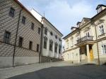 Balbínovo náměstí s domem bývalé Landfrasovy tiskárny.  Budovu nechal pro tiskárnu přestavět Alois Landfras. Její empírový vzhled se zachoval dodnes.