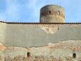 Nad údolím řeky Nežárky je i nejlépe dochované opevnění zámku, na něž plynule navazují městské hradby s Nežáreckou bránou.