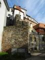 Zcela ojedinělou kulturní a historickou památkou Jindřichova Hradce je rozsáhlý komplex gotického hradu a renesančního zámku, který vznikal po staletí na skalnatém ostrohu mezi  Nežárkou a Hamerským potokem. Původně raně gotický palác s okrouhlou věží byl za Oldřicha III. z Hradce v 1. polovině 14. století rozšířen.