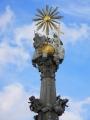 Kolekci svatých završují archandělé, Michael, Gabriel a Rafael, hlavice nese postavy Boha otce a Boha syna, kteří drží korunu nad Pannou Marií. Duch svatý se vznáší ve svatozáři.