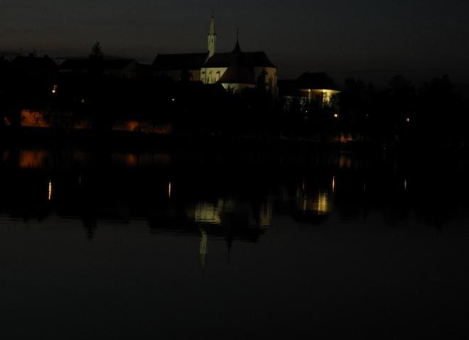Rybník Vajgar vznikl na místě někdejších bažin při soutoku Hamerského potoka a Nežárky. První zmínka o něm a o mostě mezi Malým a Velkým Vajgarem je z roku 1399, kdy Heřman a Jan ml. z Hradce založil špitál sv. Alžběty. Vajgaru se dříve říkalo Velký, Městský nebo Hradní rybník, jméno Vajgar (z německého Weiher) dostal až koncem 17. století.